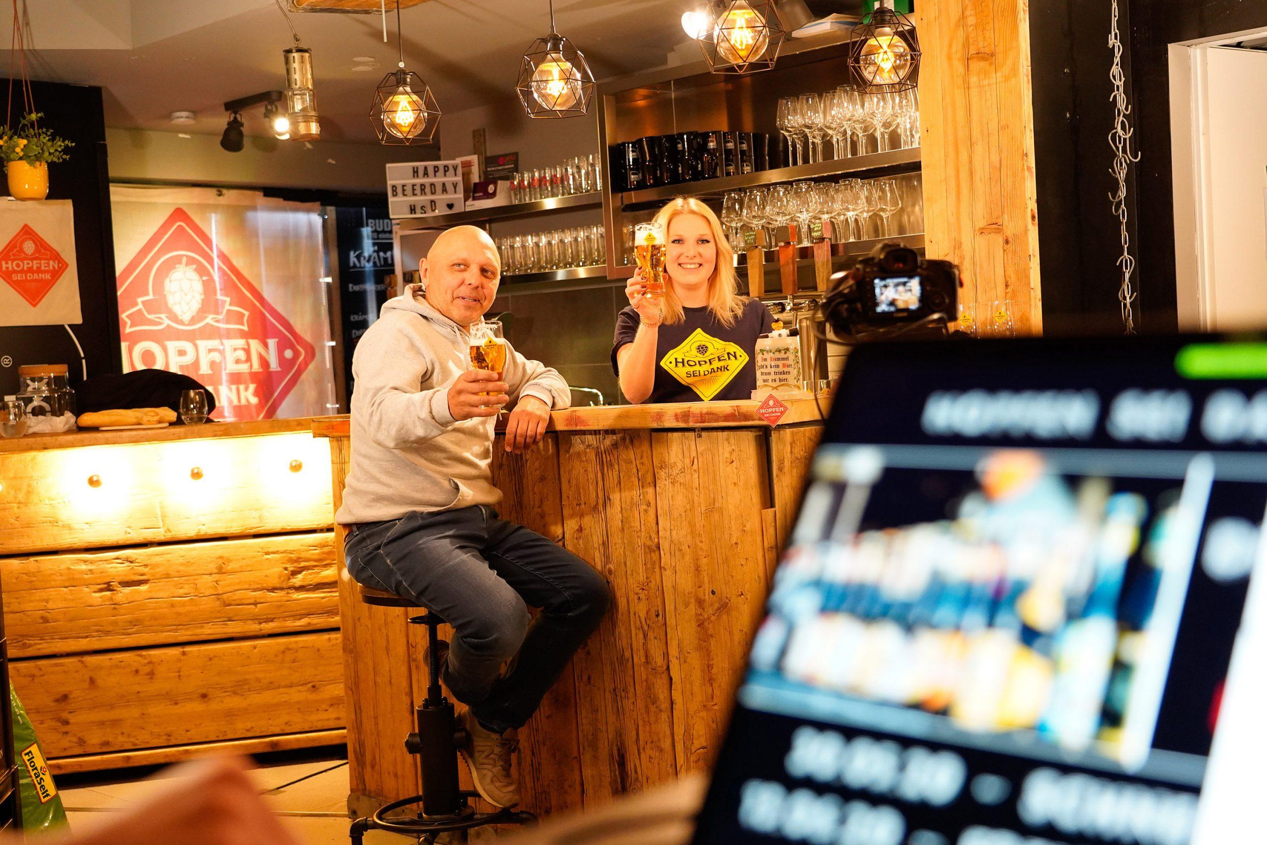 An der Theke sitzend Bier genießen