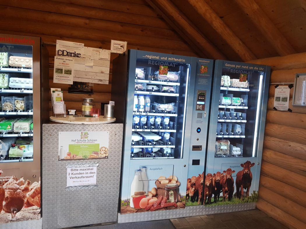 Das Foto zeigt zwei der vier Automaten des Hofs Schulte-Schüren in Bochum