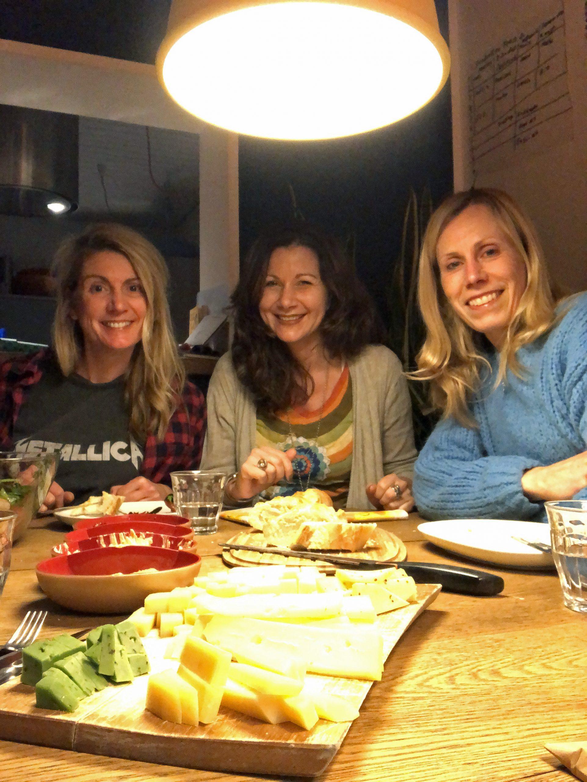 Drei Frauen voller Vorfreude auf Kumpelschokolade und Weingenuss