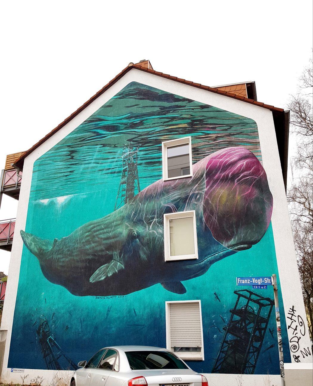 Das Foto zeigt ein riesen Pottwal Graffiti auf einer Hauswand in Bochum