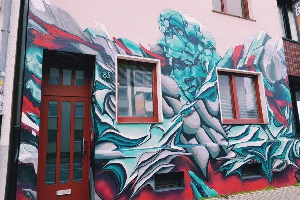 Das Foto zeigt ein Graffiti auf einem Haus in Bochun