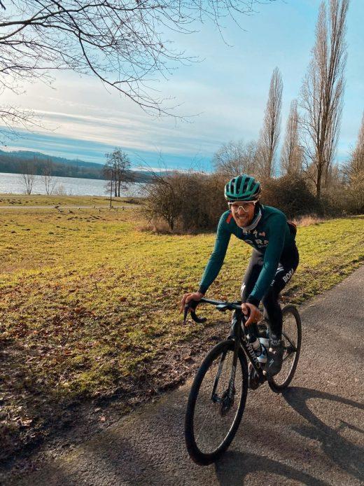 Das Foto zeigt Radprofi Ben Zwiehoff auf dem Gravel-Bike am Kemander See