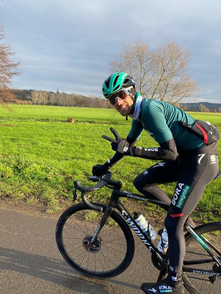 Das Foto zeigt Radprofi Ben Zwiehoff auf dem Gravel-Bike im Dortmunder Süden