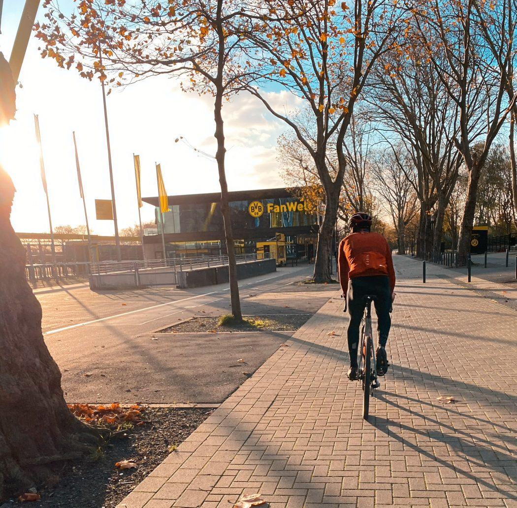 Das Foto zeigt Radprofi Ben Zwiehoff auf dem Gravel-Bike am Signal Iduna Park in Dortmund