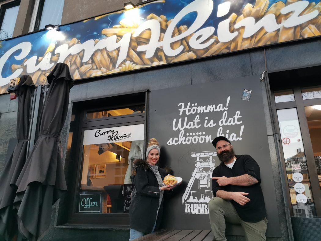 Das Foto zeigt Sandra mit Carsten, dem Chef im Curry Heinz in Gelsenkirchen
