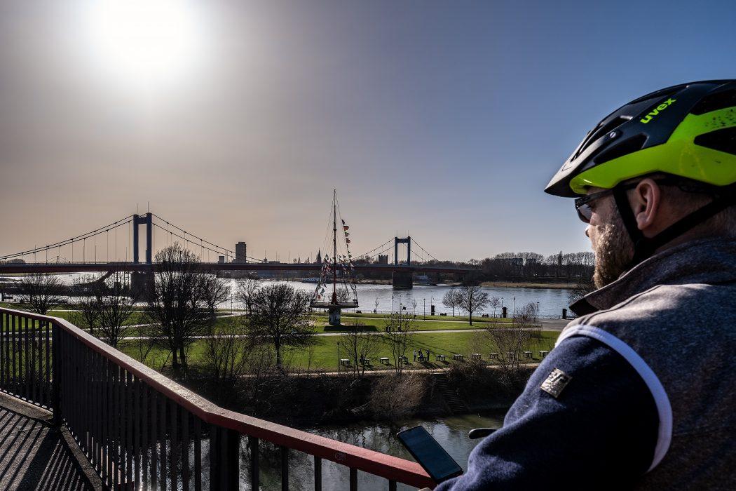 Das Foto zeigt einen Radfahrer am Rhein in Duisburg
