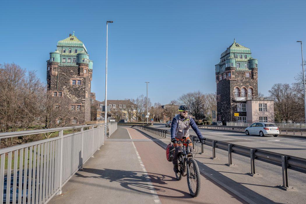 Das Foto zeigt einen Radfahrer an den Brücken-Türmen in Duisburg-Ruhrort