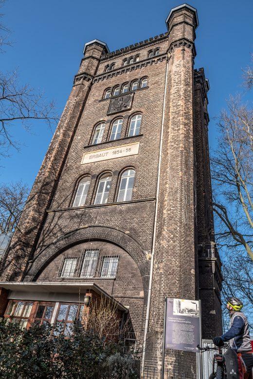 Das Foto zeigt den Hebeturm in Duisburg-Homberg