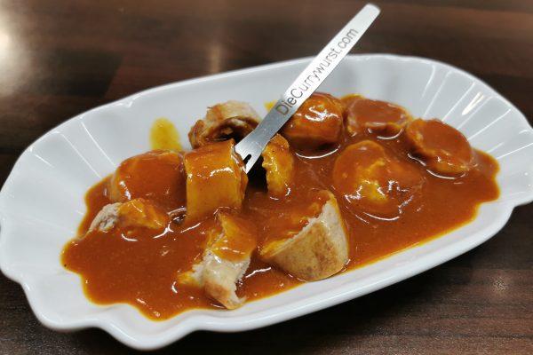 """Das Foto zeigt eine klassische Currywurst bei """"Die Currywurst"""" in Wanne-Eickel"""