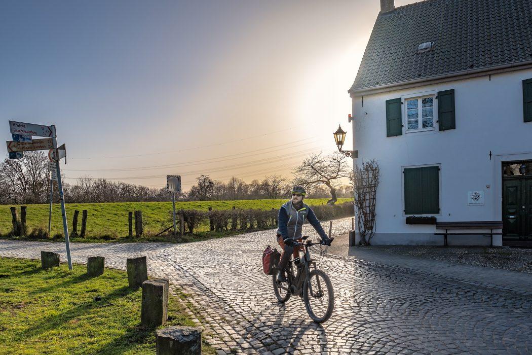 Das Foto zeigt einen Radfahrer im ländlichen Duisburg-Friemersheim