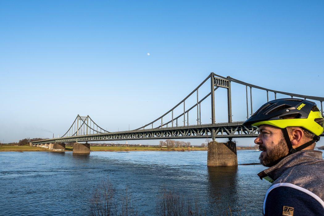 Das Foto zeigt einen Radfahrer an der Rheinbrücke in Krefeld
