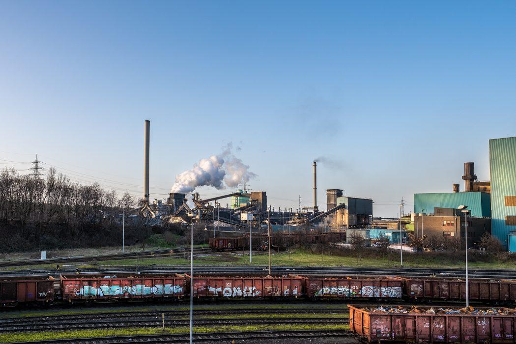 Das Foto zeigt das Stahlwerk von thyssenkrupp in Duisburg-Hüttenheim