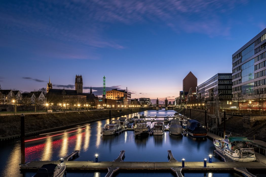 Das Foto zeigt den Innenhafen Duisburg am Abend