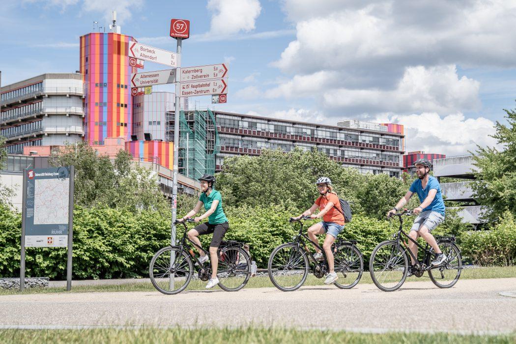 Das Foto zeigt drei Radfahrer am Knotenpunkt 57 des Knotenpunktsystems im Ruhrgebiet