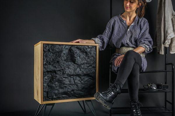 Das Bild zeigt eine Frau mit einer Kommode von KUMPELKRAM