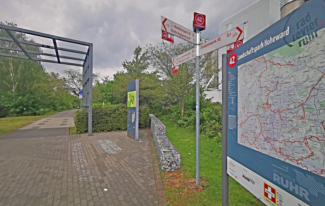 Das Foto zeigt den Knotenpunkt 42 des Knotenpunktsystems im Ruhrgebiet auf der Allee des Wandels in Herten