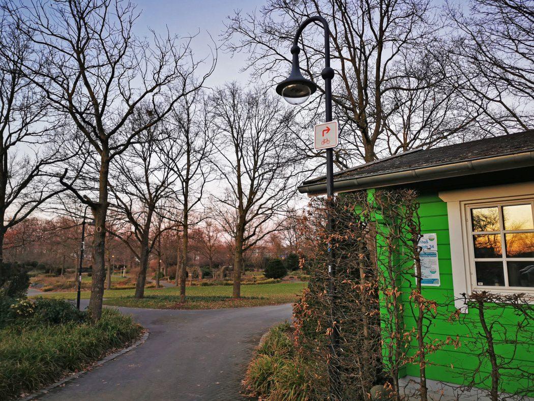 Das Foto zeigt einen Zwischenwegweiser im Müga-Park in Mülheim an der Ruhr