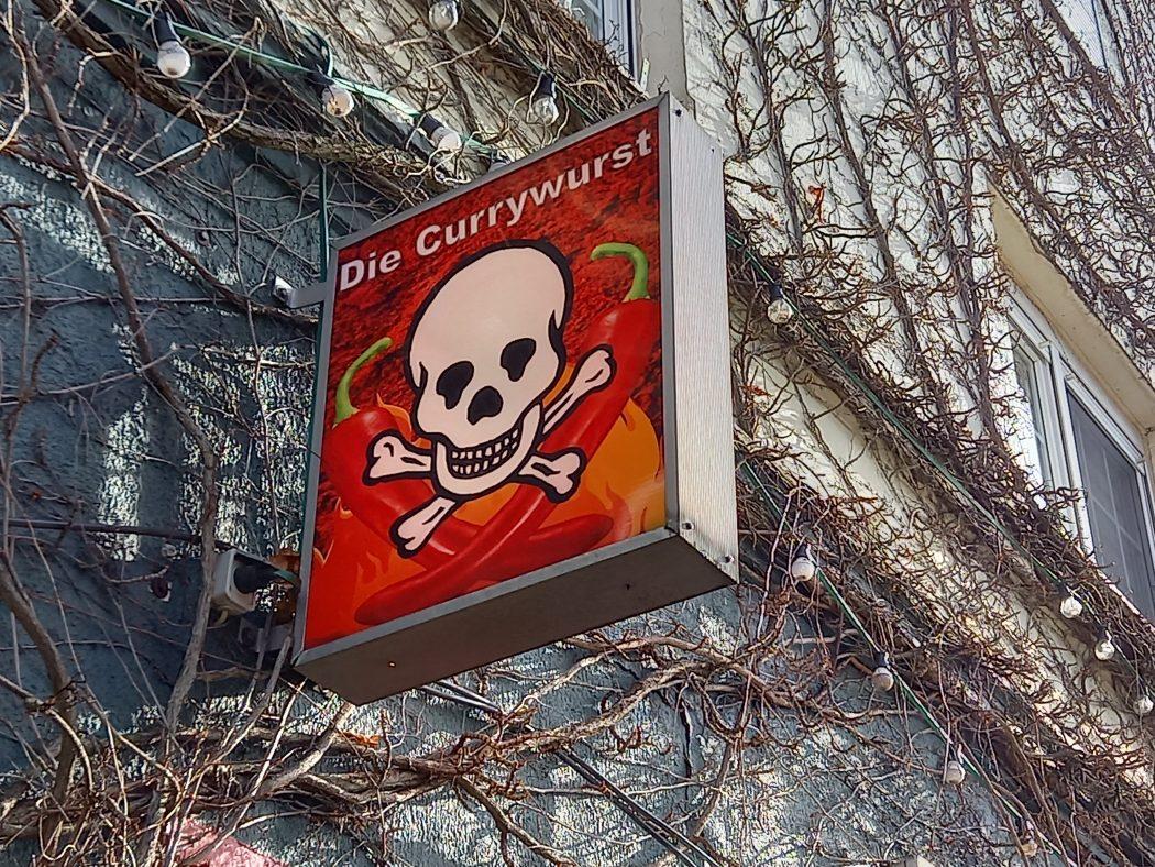 """Das Foto zeigt das Schild der Pommesbude """"Die Currywurst"""" in Herne"""