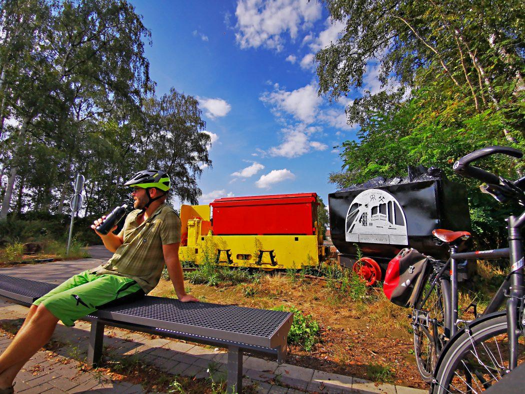 Das Foto zeigt einen Radfahrer auf einer Bank an der König-Ludwig-Trasse in Recklinghausen