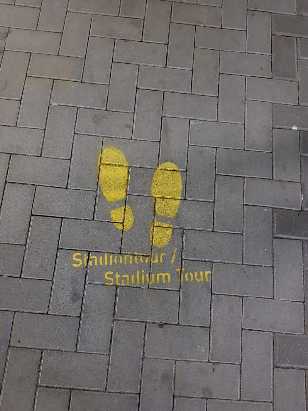 Das Foto zeigt Fußspuren des Stadionspaziergang durch den Signal Iduna Park in Dortmund