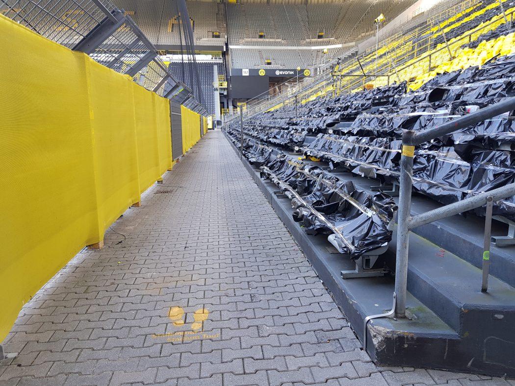 Das Foto zeigt durch Corona abgedeckte Sitzplätze im BVB Stadion