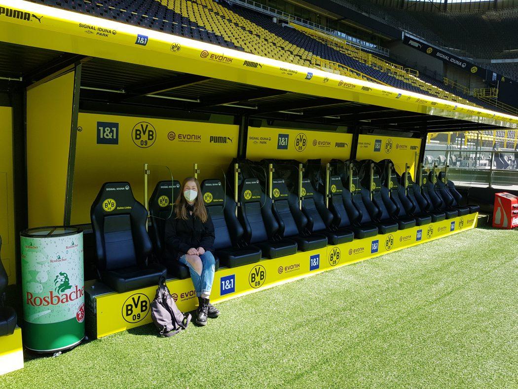 Das Foto zeigt Melissa auf der Spielerbank des BVB