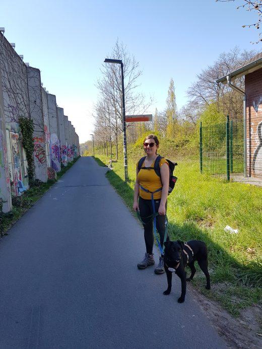 Das Foto zeigt eine Frau mit Hund auf der Schnettkerbrücke in Dortmund