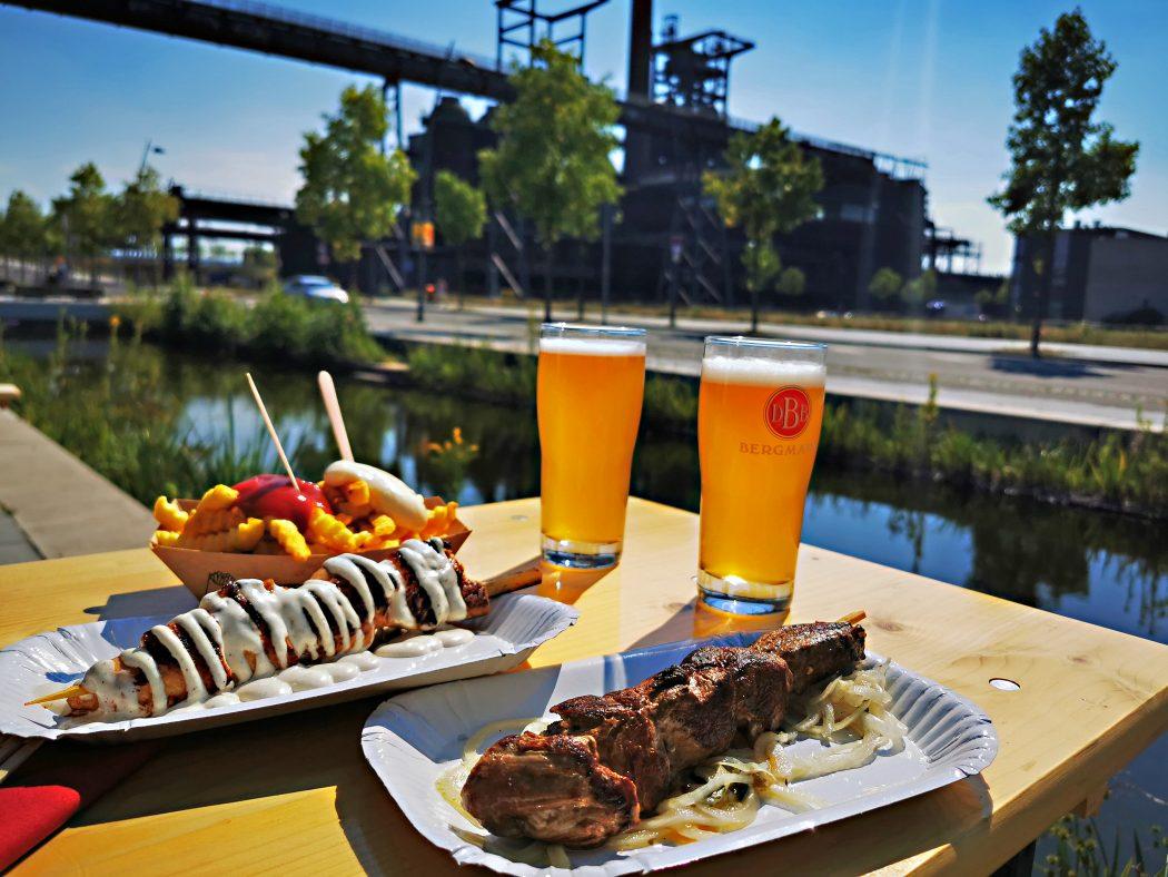 Das Foto zeigt Bier und Essen an der Stehbierhalle der Bergmann Brauerei in Dortmund