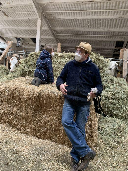 Das Foto zeigt Burkhard Sagel im Kuhstall seines Bauernhofs in Bottrop-Kirchhellen
