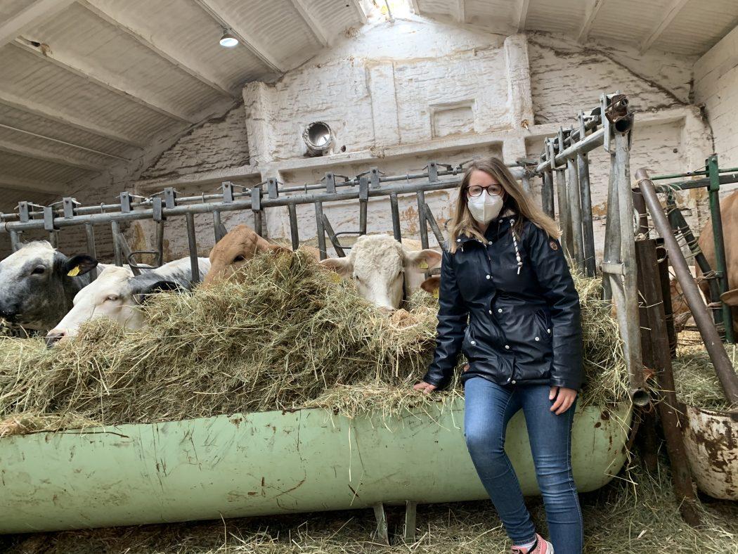 Das Foto zeigt Nina zusammen mit den Kühen des Bauernhofs Sagel in Bottrop-Kirchhellen