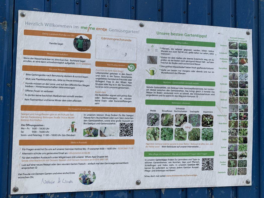 Das Foto zeigt eine Tafel mit Infos zu Mietgärten von meine-ernte.de auf dem Bauernhof Sagel in Bottrop-Kirchhellen