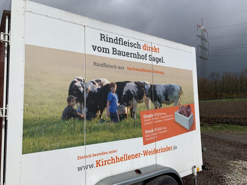 Das Foto zeigt einen Anhänger des Bauernhofs Sagel in Bottrop-Kirchhellen, der schon seit fast fünf Jahren für tierfreundliche Haltung steht