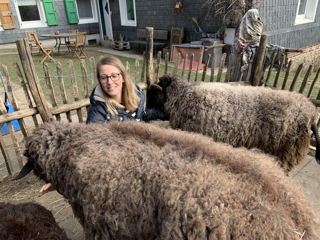 Das Foto zeigt Nina mit den Schafen Kopernikus und Carlotta auf dem Begegnungshof in der Espe mitten in der Elfringhauser Schweiz