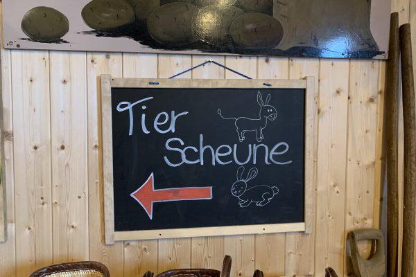 """Das Foto zeigt eine Tafel mit der Aufschrift """"Tierscheine"""" auf Feldmanns Grünem Markt in Essen"""