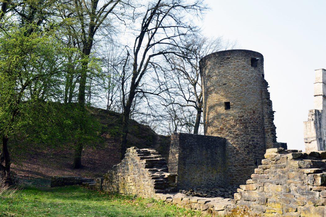 Das Foto zeigt einen der Türme der Burgruine Hardenstein