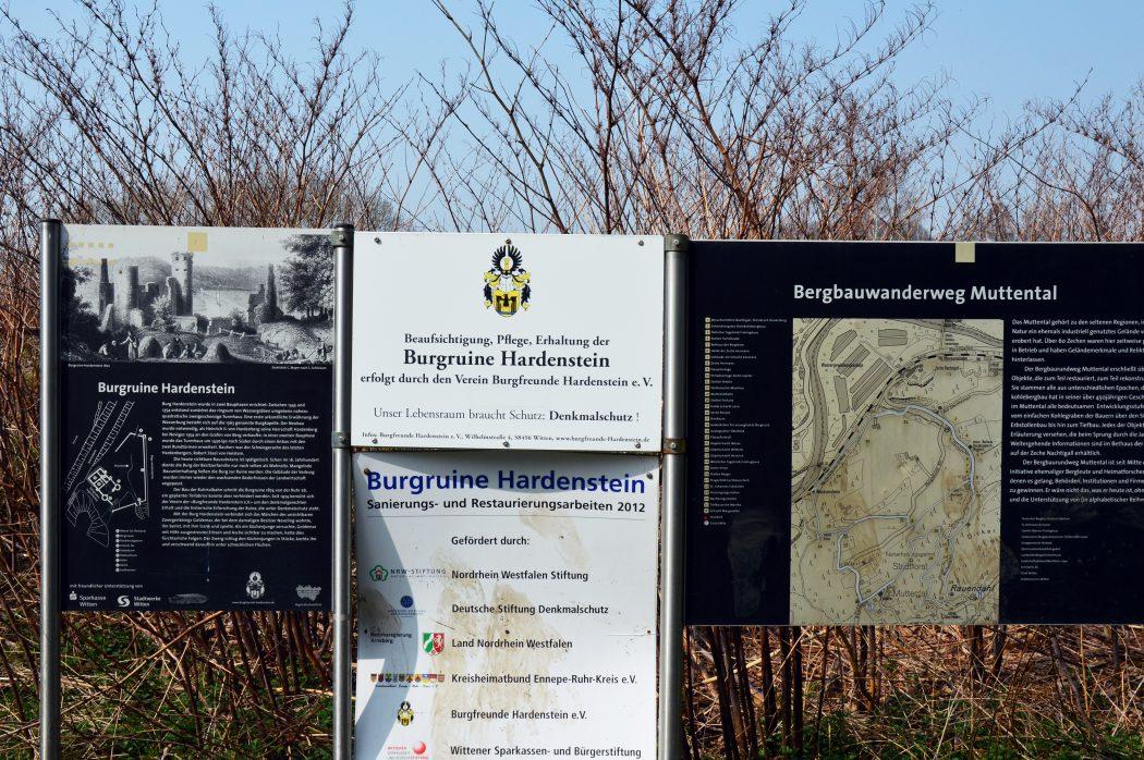 Das Foto zeigt Infoschilder an der Burgruine Hardenstein in Witten