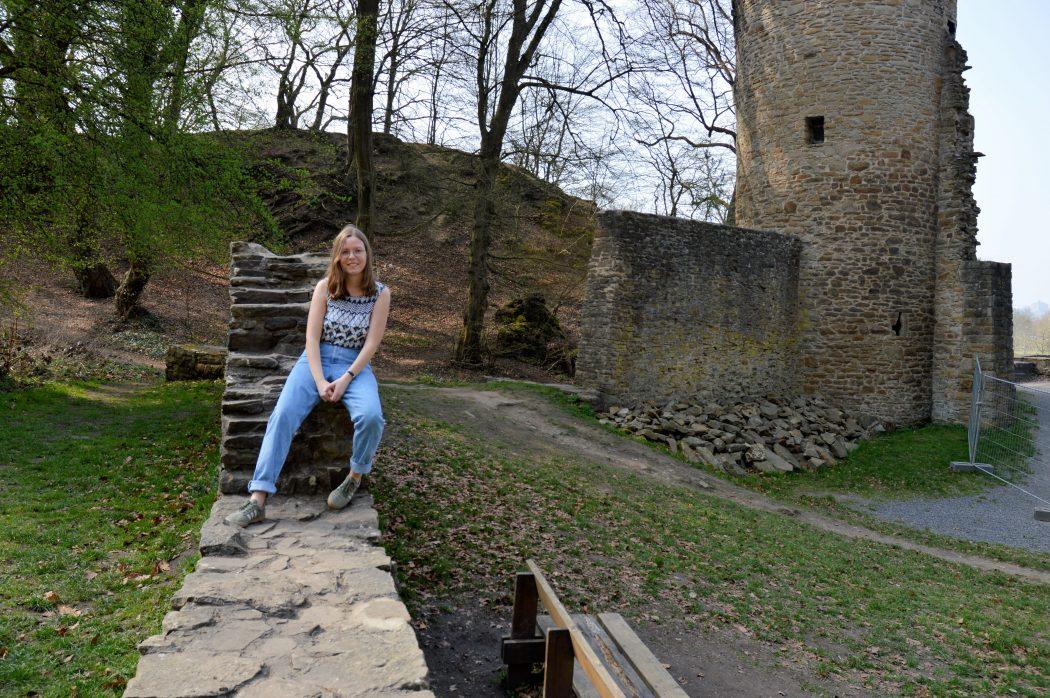 Das Foto zeigt Maria an der Burgruine Hardenstein in Witten