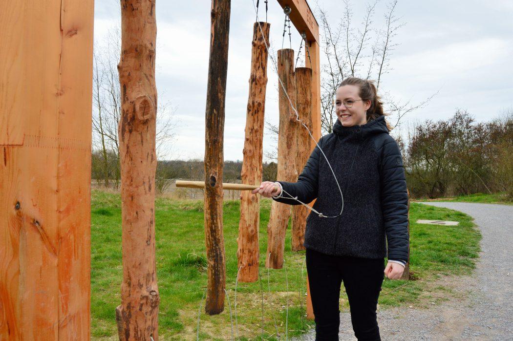 Das Foto zeigt Maria am Holzxylophon auf dem Tippelsberg in Bochum