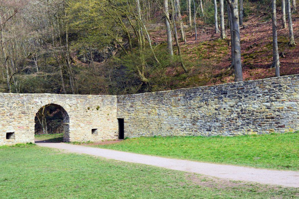 Das Foto zeigt das Tor der Burgruine Hardenstein in Witten