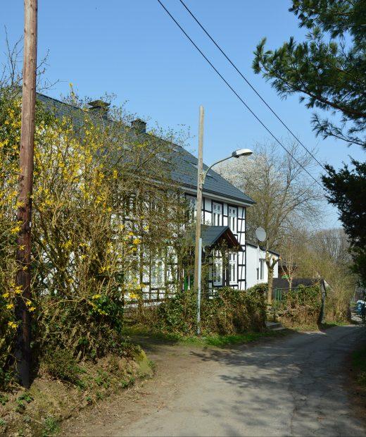 Das Foto zeigt ein Fachwerkhaus im Wohngebiet Hardenstein