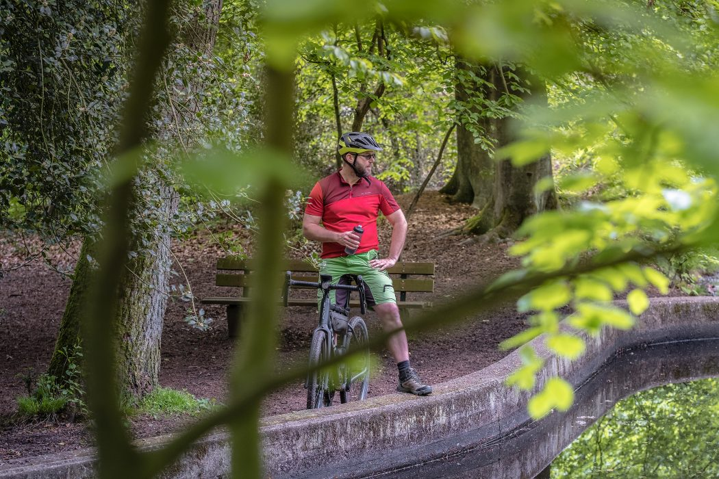 Das Foto zeigt Jochen auf dem Gravelbike im Duisburger Wald