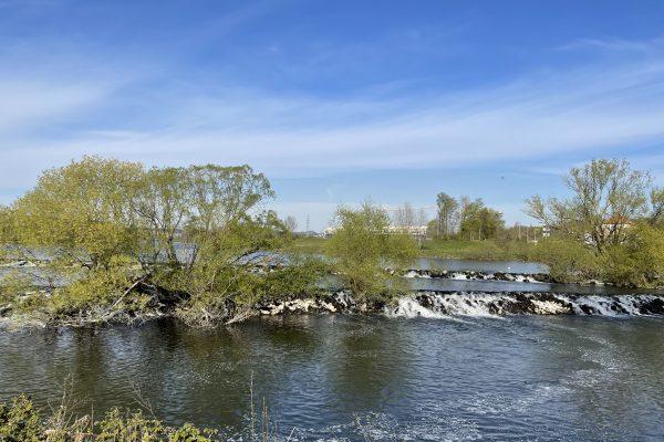 Das Foto zeigt die Ruhrkaskaden in Hattingen, die ein guter Ort für ein Picknick im Ruhrgebiet sind
