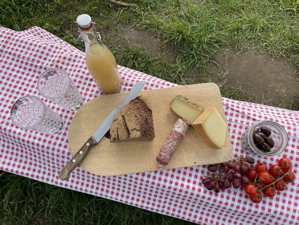 Das Foto zeigt Käse, Trauben und Tomaten als Picknick im Ruhrgebiet auf dem Auberg in Mülheim an der Ruhr