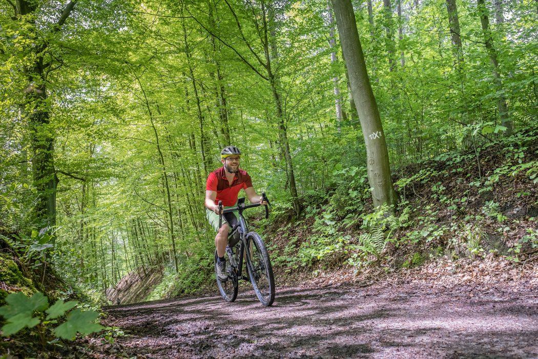 Das Foto zeigt Jochen auf dem Gravelbike im Oefter Wald in Essen