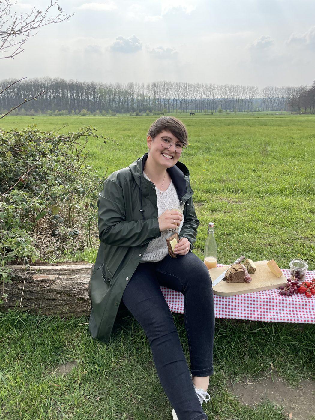 Das Foto zeigt Johanna beim Picknick auf dem Auberg in Mülheim an der Ruhr