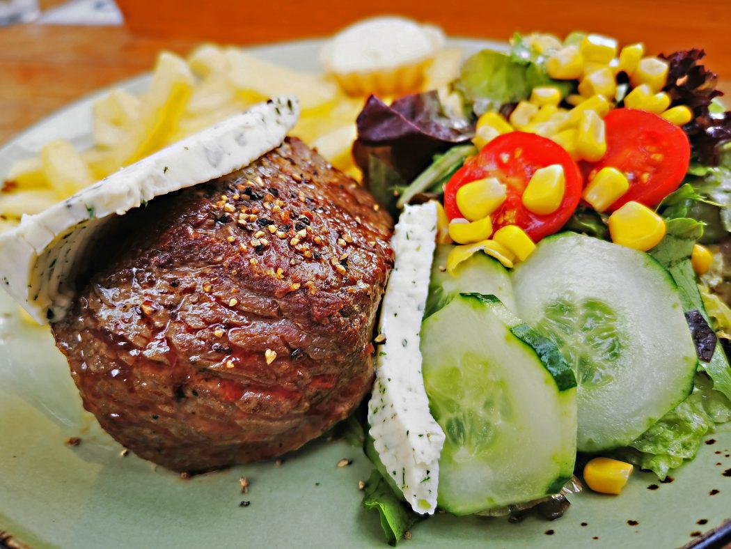Das Foto zeigt ein Straußensteak samt Beilagen der Straußenfram in Essen