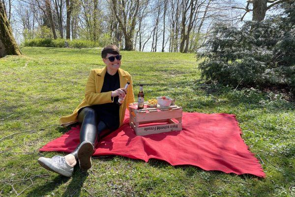 Das Foto zeigt Johanna beim Picknick an der Hohensyburg in Dortmund
