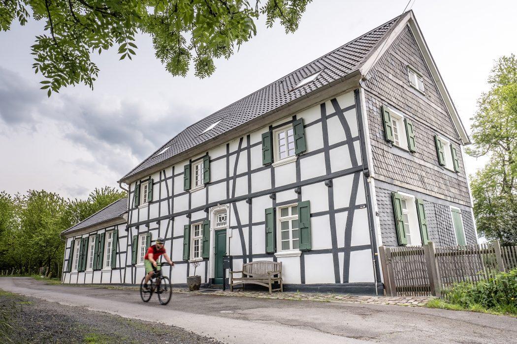 Das Foto zeigt Jochen vor der alten Iktener Schule in Mülheim an der Ruhr