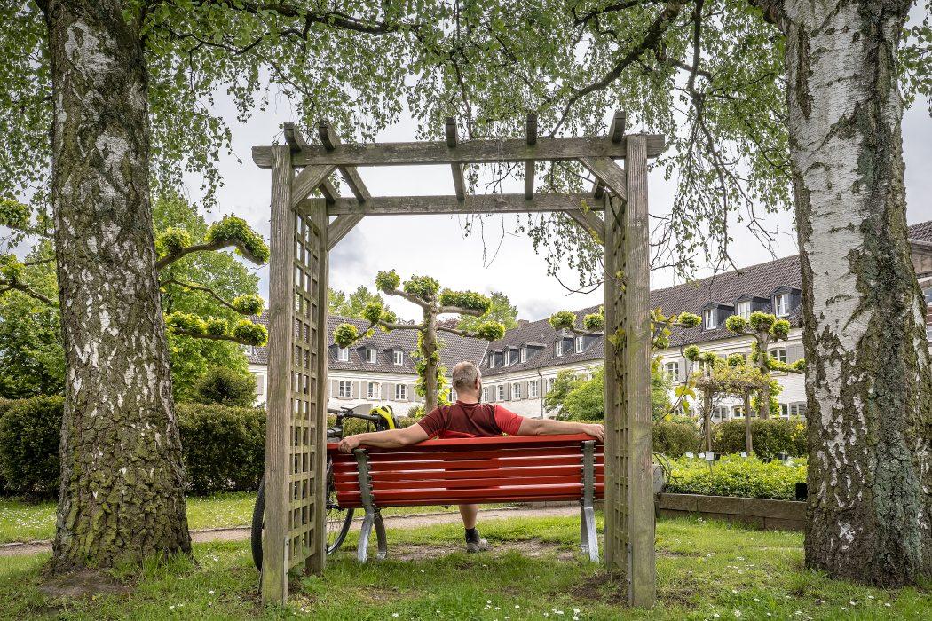 Das Foto zeigt Jochen im Kräutergarten des Kloster Sarn in Mülheim an der Ruhr