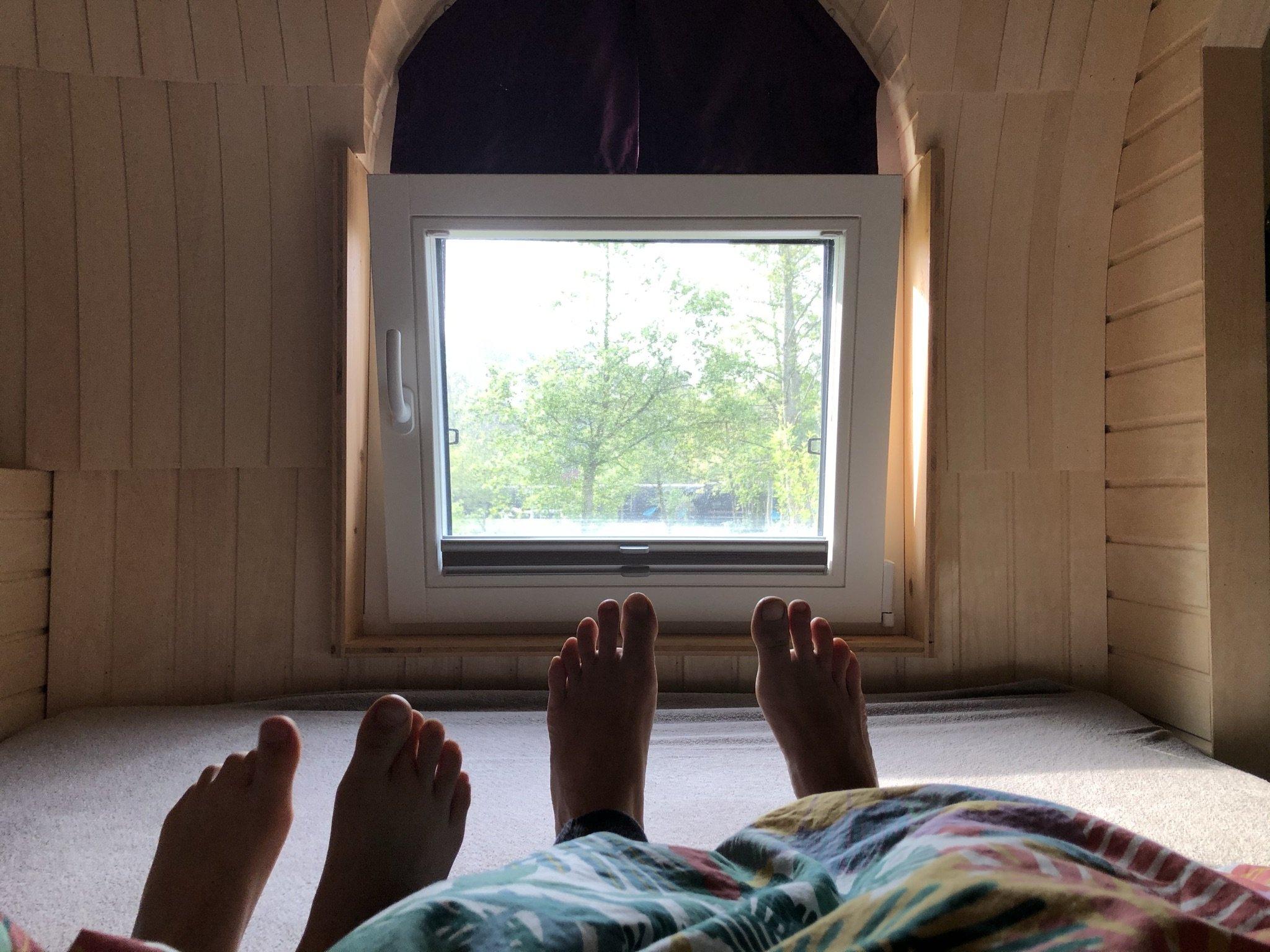 Prima geschlafen - Füße mit Aussicht